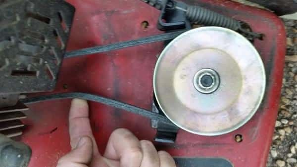 How to change the drive belt of the rear wheel